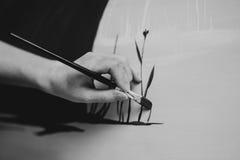 Pittura della mano del pittore della donna nel suo studio su tela Immagini Stock