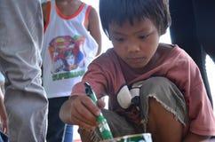 Pittura della spazzola della tenuta del bambino Fotografia Stock
