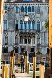 Pittura della studentessa nel confine del canal grande Venezia Immagine Stock Libera da Diritti