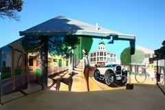 Pittura di Art Deco sulle toilette pubbliche di Napier, NZ Immagine Stock