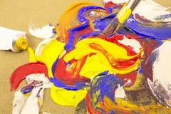 Pittura di miscelazione della spazzola su tela immagine stock libera da diritti
