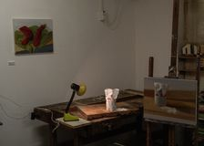 Pittura di natura morta della stanza di arte ed esposizione degli oggetti dello zucchero su una tavola con luce immagine stock