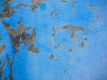 Pittura di sbriciolatura sulla vecchia superficie di metallo, fuoco sul lato sinistro dell'immagine fotografia stock libera da diritti