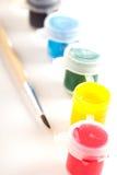 Pittura differente in piccoli barattoli di plastica Fotografia Stock Libera da Diritti