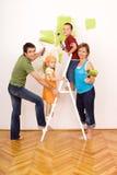 Pittura felice della famiglia e redecorating Fotografia Stock Libera da Diritti