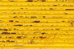 Pittura gialla arrugginita sul vecchio recinto Immagine Stock