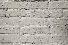 Pittura grigia incrinata su un muro di mattoni Fondo di lerciume Immagine Stock Libera da Diritti