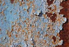 Pittura incrinata blu su struttura del metallo fotografia stock