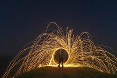 Pittura leggera con il cerchio del fuoco e due amanti Fotografia Stock