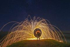 Pittura leggera con il cerchio del fuoco e due amanti e cieli in pieno delle stelle Immagini Stock Libere da Diritti