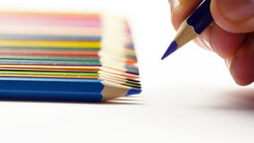 Pittura maschio della mano con le matite colorate Fotografie Stock