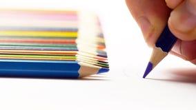 Pittura maschio della mano con le matite e la matita colorate mettere Immagini Stock
