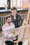 Pittura matura dell'uomo in Art Class Fotografia Stock Libera da Diritti