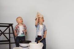 Pittura murale della pittura dei bambini che gioca i pittori fotografia stock