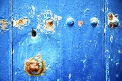 pittura nella r blu ed arrugginito spogliati immagini stock