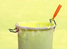 Pittura-rullo e secchio della pittura Fotografia Stock