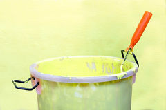Pittura-rullo e secchio della pittura Fotografie Stock