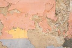 Pittura scheggiata su una vecchia parete del gesso, incrinata, fondo di struttura Fotografia Stock