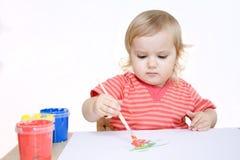 Pittura seria della ragazza con la spazzola Fotografia Stock Libera da Diritti