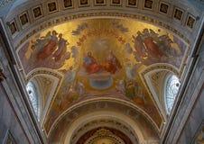 Pittura sopra l'altar maggiore dentro la basilica di Esztergom, Ungheria del soffitto della trinità santa immagine stock