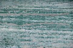 Pittura stagionata bianca consumata con verde sotto Fotografie Stock