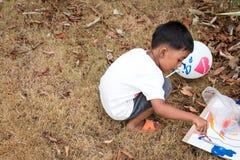 Pittura sveglia del gioco del ragazzino Fotografia Stock Libera da Diritti