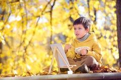 Pittura sveglia del ragazzino con la spazzola Immagini Stock Libere da Diritti