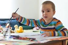 Pittura sveglia del ragazzo con la spazzola Creatività del ` s dei bambini Fotografie Stock Libere da Diritti