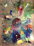 Pittura variopinta rovesciata e gocciolamento nel lavandino fotografia stock libera da diritti