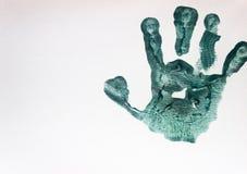 Pittura verde sulle mani dei bambini fotografie stock