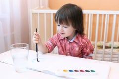 Pitture adorabili del ragazzino con colore di acqua Fotografia Stock