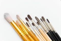 Pitture dell'acquerello dei colori differenti con una vasta gamma di spazzole Fotografie Stock