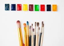 Pitture dell'acquerello dei colori differenti con una vasta gamma di spazzole Fotografia Stock Libera da Diritti