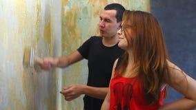 Pitture dell'imbianchino della famiglia lavoratrice dell'uomo e della donna video d archivio