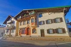 Pitture della facciata delle case in una piccola città bavarese, Garmisc Immagini Stock