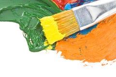 Pitture di colore e della spazzola su bianco fotografie stock libere da diritti