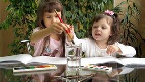 Pitture di tiraggio dei bambini video d archivio