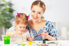 Pitture di tiraggio della figlia del bambino e della madre fotografie stock