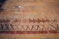 Pitture e geroglifici egiziani antichi sulla parete nel complesso del tempio di Karnak a Luxor, Egitto fotografia stock