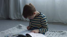Pitture entusiasti del bambino con la matita in libro da colorare archivi video