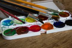 Pitture multicolori e spazzole dell'acquerello immagine stock libera da diritti