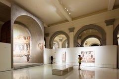 Pitture religiose nel corridoio romanico medievale Immagine Stock