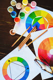 Pitture, spazzole, matite, disegni e vetri sulla tavola di legno scura Immagine Stock Libera da Diritti