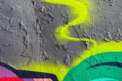 Pitture verdi, grige, gialle incrinate e sbucciate astratte, vecchia parete nociva Intonacato, lerciume, annata, facciata invecch fotografia stock