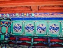 Pitture vibranti del tetto con le gru in un tempio cinese del taoist immagine stock libera da diritti
