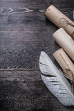 Piuma antica rotolata dei documenti sul bordo di legno Immagine Stock