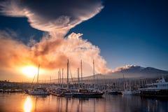Piuma della cenere vulcanica al tramonto fotografia stock libera da diritti