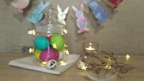 Piuma di caduta vaga decorazione di Pasqua video d archivio