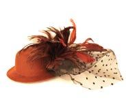 Piuma di uccello e del cappello su bianco Fotografia Stock
