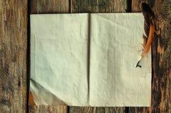 Piuma e carta con lo spazio del testo fotografia stock